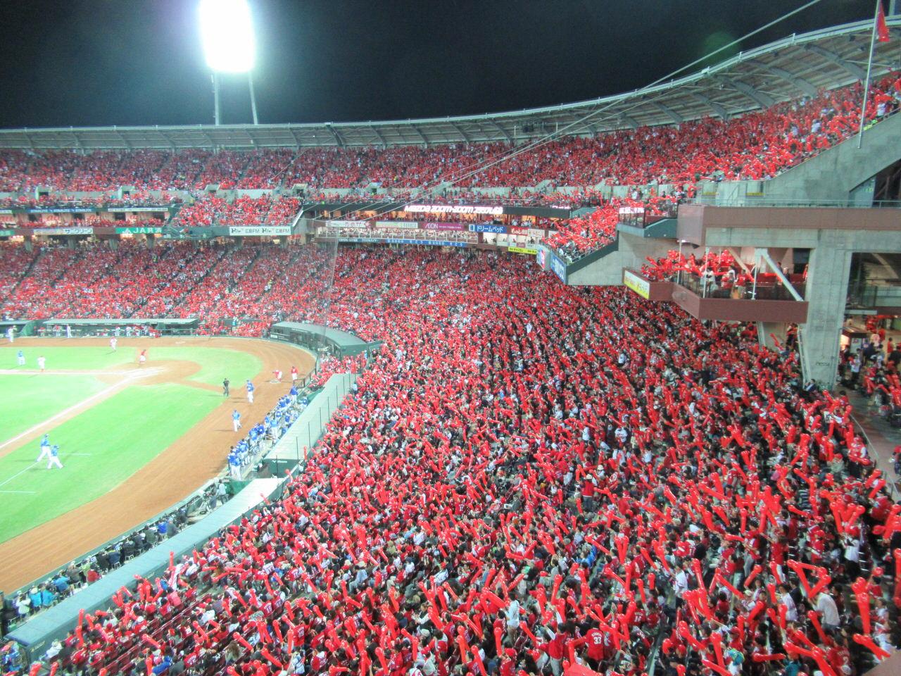 球場がほぼ真っ赤で埋め尽くされる広島マツダスタジアム!